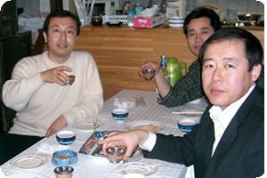 料理がとてもおいしく、左下写真の皆が持つグラスに並々と注がれたウォッカはいくら飲んでも酔わない美味しさでした。これも美味しいモンゴル料理との組み合わせがなせる技なのでしょう。